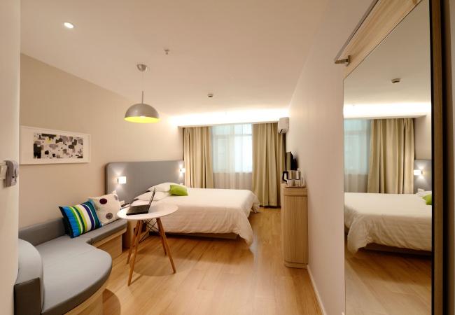 travel roommate apartment