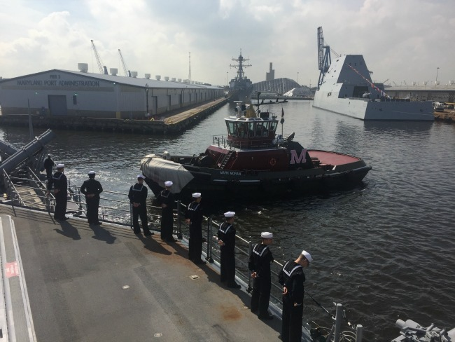 Tug boat pulls USS Leyte Gulf into Baltimore
